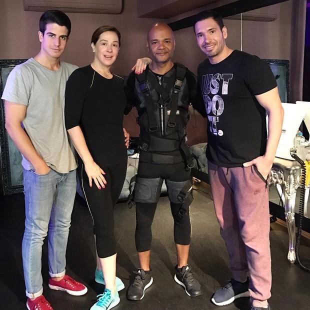 Enzo Celulari, Claudia Raia e Alê de Souza - no clique, com Rodrigo Sangion - viraram fãs do Xbody (Foto: Reprodução)