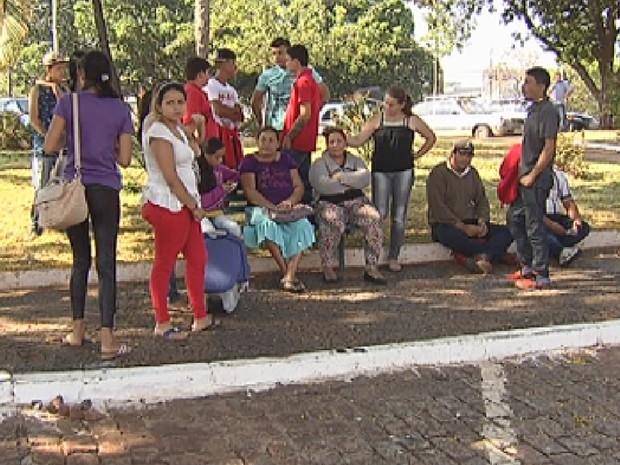 Família durante o aguardo para a liberação do corpo (Foto: Reprodução/ TV TEM)
