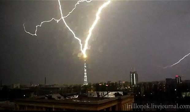 Imagens captadas por uma câmera em São Petersburgo, na Rússia, mostram o momento em que a torre de TV da cidade é atingida por raios. (Foto: BBC)