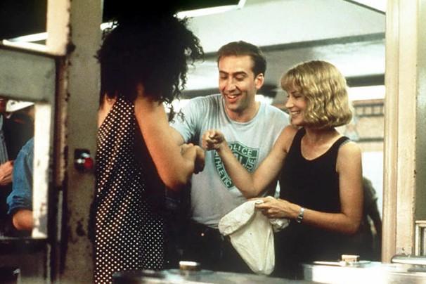 Charlie Lang (Nicolas Cage) é um policial de bom coração faz promessa para garçonete Yvonne (Bridget Fonda) (Foto: Divulgação)