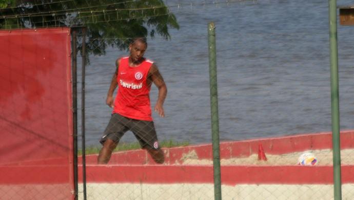 Anderson treina na caixa de areia (Foto: Diego Guichard)