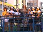 Daniela leva berimbau e foliões vestidos de 'freiras' a trio sem cordas