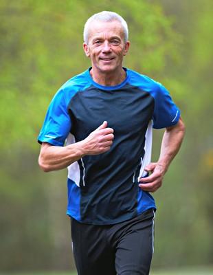 Homem de meia idade correndo euatleta (Foto: Getty Images)