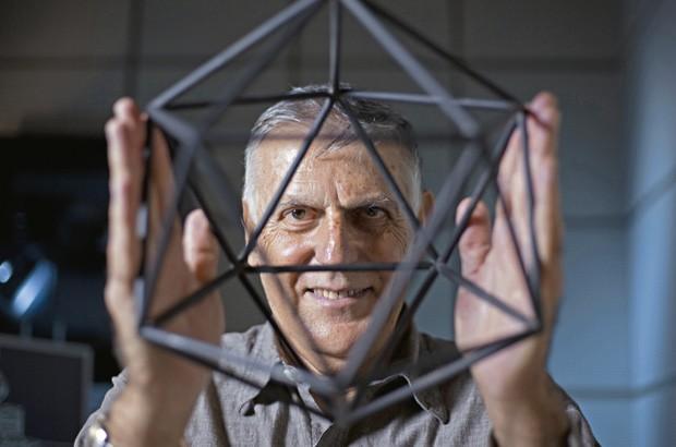 A QUÍMICA CERTA Dan Shechtman no Instituto de Tecnologia de Israel. Ele ganhou o Prêmio Nobel de Química, mas prefere dar aulas sobre a criação de empresas de tecnologia (Foto: divulgação/Nobel)