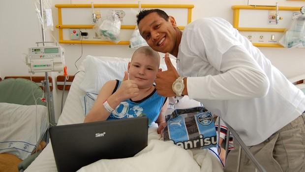 Volante do Grêmio visita crianças no Hospital Santo Antônio em Porto Alegre souza (Foto: Bruno Junqueira   TRATO.TXT)
