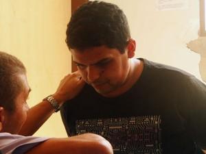 Padrasto de Rodrigo César o questiona os motivos que o levaram a cometer os estupros (Foto: Ricardo Araújo/G1)
