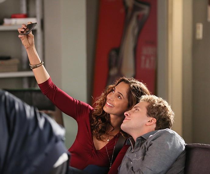 Camila e Thiago fazem selfie (Foto: Isabella Pinheiro/Gshow)