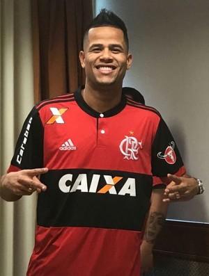 Geuvânio posa com camisa do Flamengo (Foto: Reprodução / twitter)