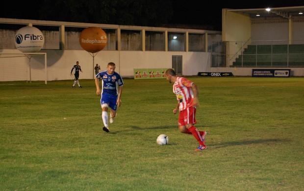 jogador do Auto Esporte tenta passar pelo meio campo do CSP (Foto: Richardson Gray / Globoesporte.com/pb)