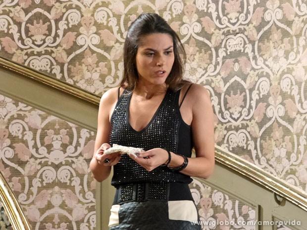 Leila encontra luva logo após Thales ter visão com Nicole na escada (Foto: Amor à Vida/ TV Globo)