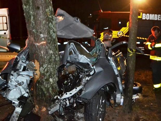 Carro ficou destruído em acidente na BR-282 (Foto: Portal do Biguá/Divulgação)