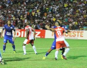 Juiz marcou irregularidade no lance e invalidou gol de Vitor Recife (Foto: Emanuele Madeira/GloboEsporte.com)