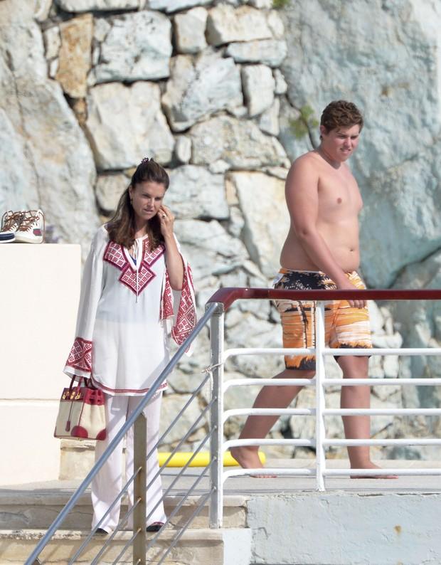 Maria Shriver e Christopher Schwarzenegger em passeio de barco com a família na França (Foto: Grosby Group/ Agência)