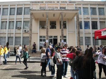 Campus central da UEPG, em Ponta Grossa, durante o Vestibular de Inverno 2013 (Foto: Divulgação/UEPG)