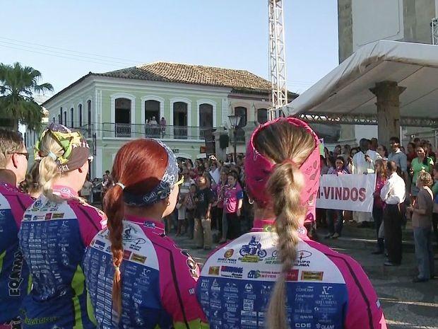 Ciclistas participaram de missa em Iguape, no Vale do Ribeira (Foto: Reprodução/TV Tribuna)