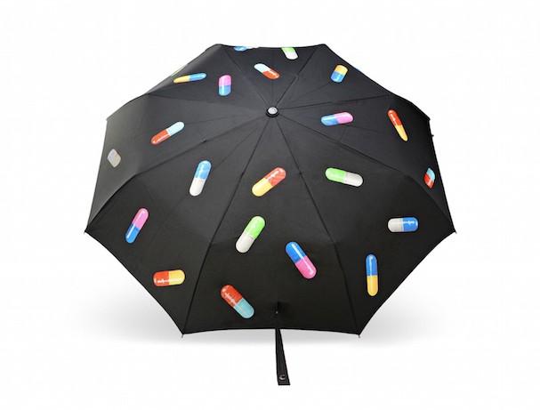 Guarda-chuva da coleção cápsula Moschino Primavera/Verão 2017 (Foto: Reprodução)