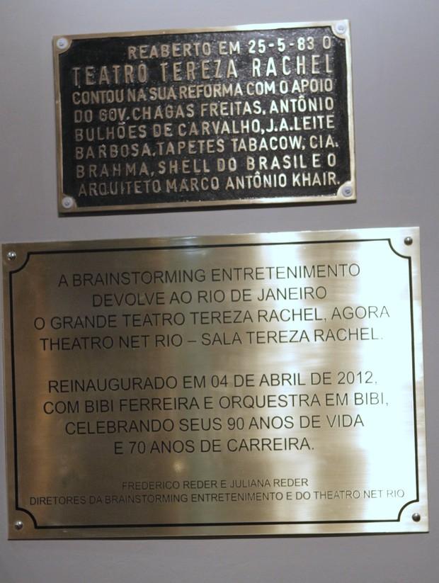 Placas em homenagem a Tereza Rachel (Foto: Anderson Barros / Ego)