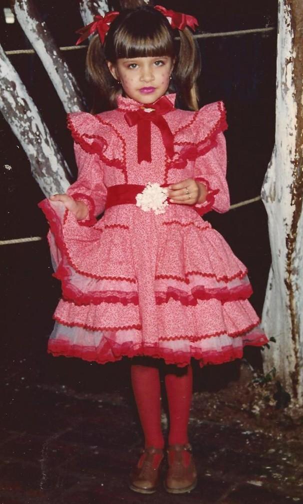 E na festa junina ela também ficava uma gracinha! Aqui, Carla também estava com 6 anos (Foto: Arquivo pessoal)