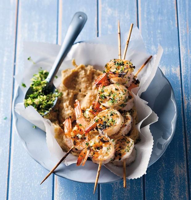 Espetinhos de camarão com purê de grão-de-bico  (Foto: StockFood / Gallo Images Pty Ltd.)
