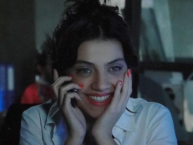 Miriam abre o maior sorriso com a notícia (Foto: Amor Eterno Amor/TV Globo)