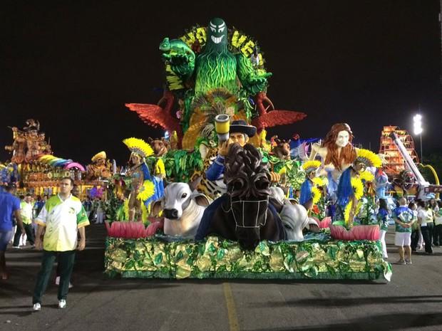 Carro da Mancha Verde pronto para participar do Desfile das Campeãs (Foto: Letícia Macedo/G1)