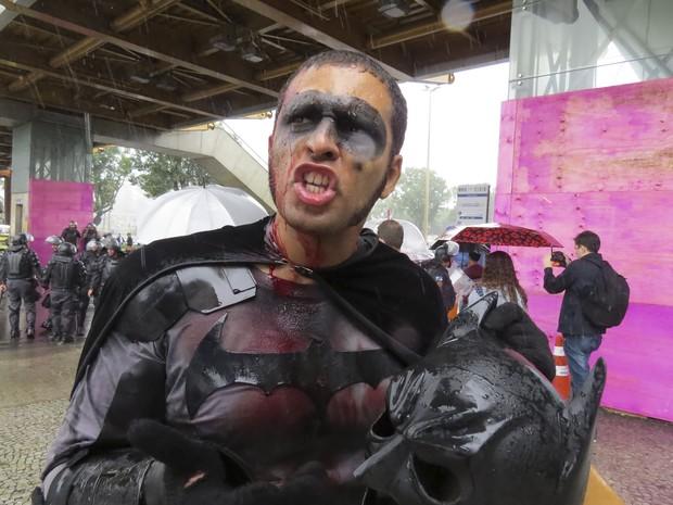 Eron Melo, o Batman das manifestação, foi ferido na cabeça (Foto: Vladimir Platonow/ Agência Brasil)