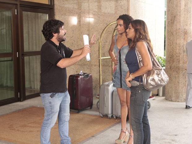 O diretor João Paulo Jabur dá as orientações para as atrizes (Foto: Salve Jorge/TV Globo)