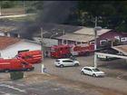 Incêndio atinge depósito de pneus no Parque da Cidade, em Barra Mansa