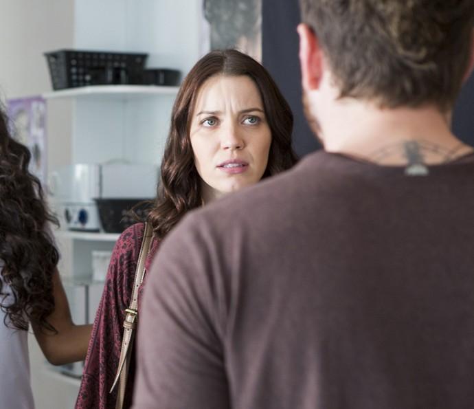 Júlia vai ao salão e Alex chega no mesmo momento (Foto: Ellen Spares/Gshow)