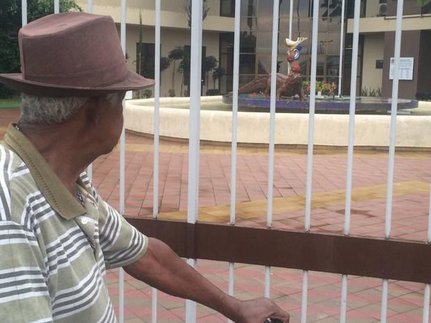 Câmara coloca estátua de jacaré na entrada e divide opiniões, em Goiânia, goiás (Foto: Sílvio Túlio/G1)