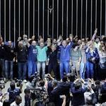 Depois de quase três horas da invasão do plenário da Câmara, manifestantes que defendiam a intervenção militar no páis foram detidos e retirados do local por policiais legislativos (Foto: O Globo)