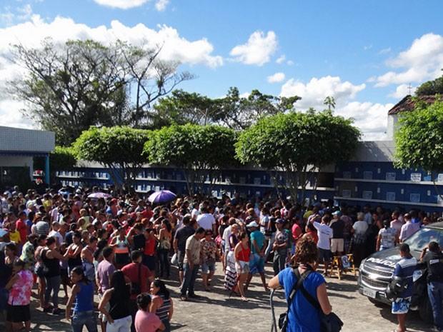 Mesmo sem conhecer a jovem, moradores de Escada compareceram ao velório (Foto: Katherine Coutinho / G1)