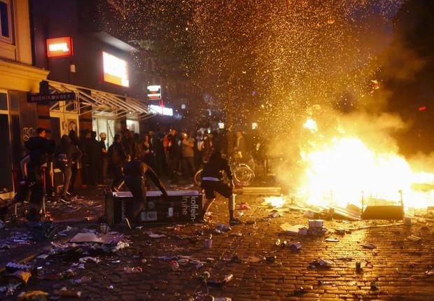 Manifestantes entram em conflito com a polícia durante protestos contra o G20, em Hamburgo, na Alemanha (Foto: HANNIBAL HANSCHKE/Reuters)