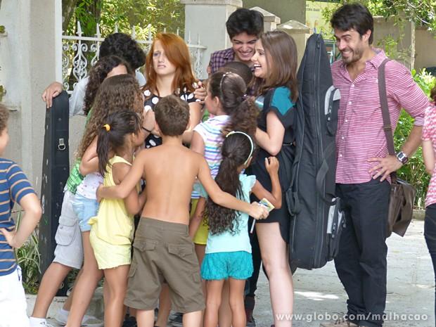 Giovana e Clara surpresas com a quantidade de fãs (Foto: Malhação / TV Globo)