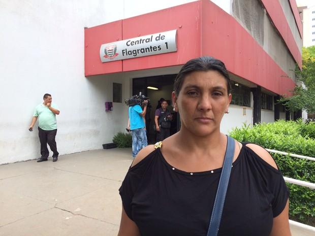 Viúva de Raimundo esteve em delegacia na manhã desta terça-feira (Foto: Will Soares/G1)