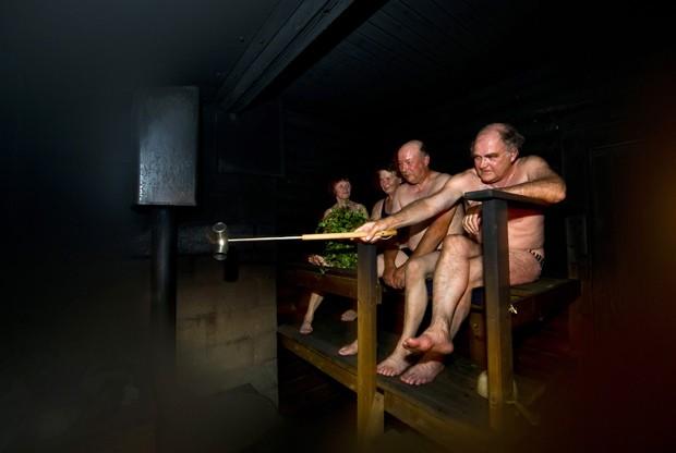 Foto de julho de 2012 mostra uma sauna em uma casa de campo finlandesa em Leppavirta, na região central do país; estudo sugere que frequentar sauna faz bem para a saúde dos homens (Foto: AP Photo/Lehtikuva, Roni Rekomaa)