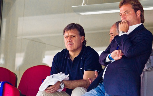 Tata Martino assiste jogo Barcelona contra Valerenga (Foto: AP)