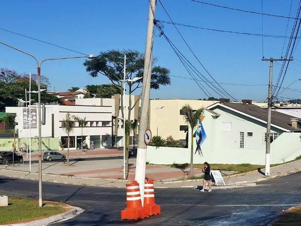 Poste que ficava sobre o canteiro passou a ocupar a Rua das Monções depois de reformas viárias em Atibaia (Foto: Arquivo Pessoal)