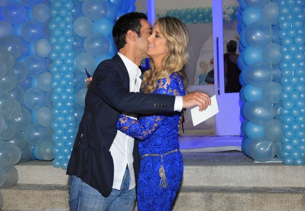 César beija Tici (Foto: Celso Tavares/EGO)
