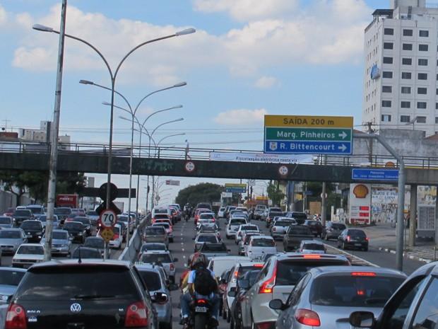 Trânsito intenso na tarde desta quinta-feira na Avenida Rubem Berta, na Zona Sul de São Paulo (Foto: Roney Domingos/G1)