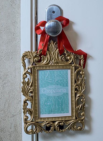 O quadrinho pendurado na maçaneta indica onde os convidados deverão deixar as bolsas (Foto: Foto Rogério Voltan/Editora Globo | Realização Cláudia Pixu | Produção Célia Mari Weiss)