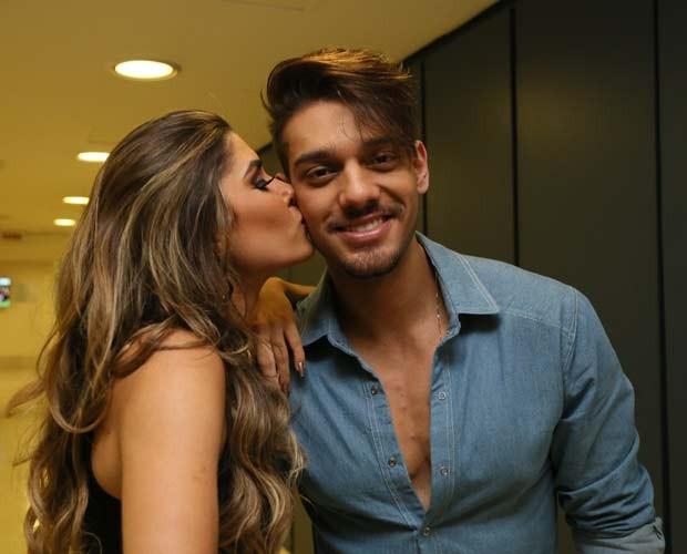 Ana Paula Guedes dá beijinho em Lucas Lucco nos bastidores do Domingão (Foto: Carol Caminha/ Gshow)