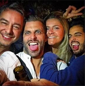 Henri Castelli ao lado de Paula Souto, André Nicolau e amigo (Foto: Instagram)
