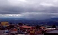 Barulho contínuo no céu chama atenção em São Tomé das Letras (Reprodução EPTV)