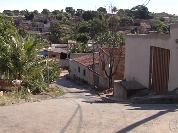 Moradores pedem mais estrutura em bairros irregulares em Goiânia Goiás (Foto: Reprodução/TV Anhanguera)