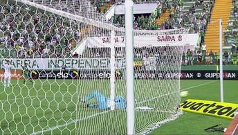 Vanderlei! Goleiro do Santos defende chute perigoso de Thiaguinho, aos 39 do 1º tempo