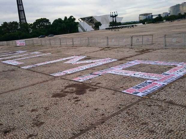 Manifestantes usam cartazes com mensagens contra impeachment para escrever nome da presidente Dilma Rousseff em Brasília (Foto: Mateus Rodrigues/G1)