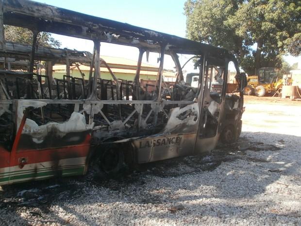 Ônibus escolares foram queimados em Lassence, Norte de Minas Gerais. (Foto: Dardânia Kelen Barbosa Souza)