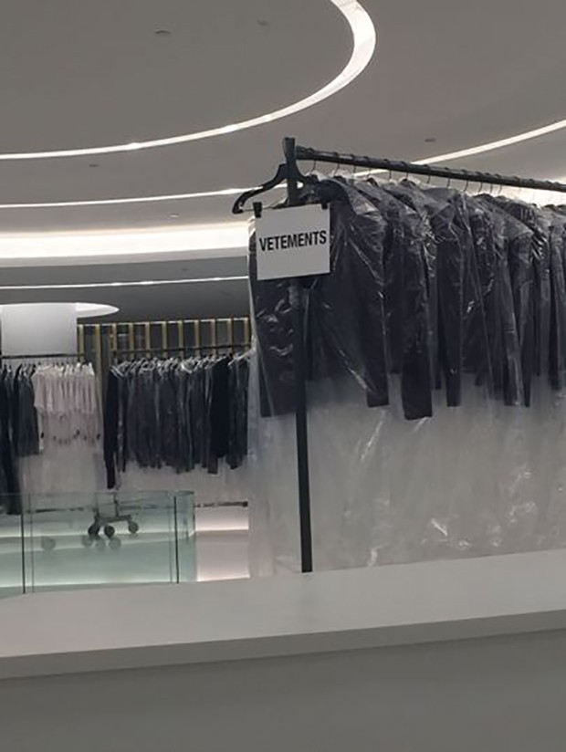Saks Downtown's Vetements range on display (Foto: @SuzyMenkesVogue)