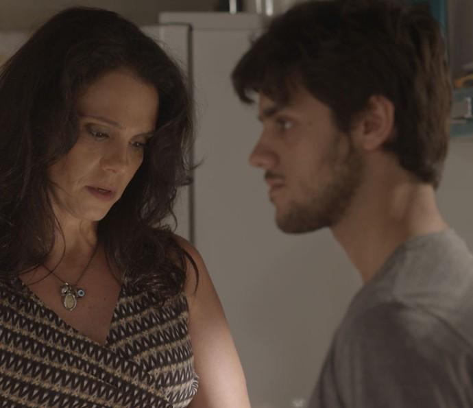 Jonatas resolve presentear o irmão depois de saber por Rosângela que ele está triste (Foto: TV Globo)